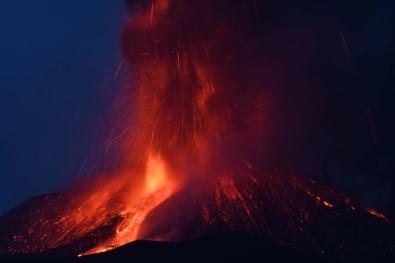Italya'daki Etna Yanardagi Kül Ve Lav Püskürttü