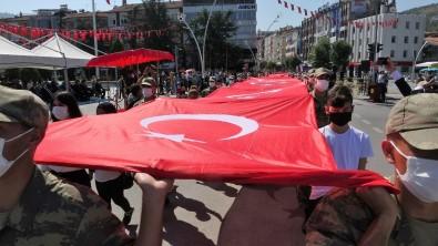 Zafer Bayraminda 60 Metrelik Bayrakla Yürüdüler