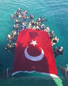 Zafer Bayramini Denizde Dev Türk Bayragi Açarak Kutladilar