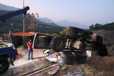 Adana'da Kaçis Rampasinda Beton Bariyere Çarpan Kamyondaki 4 Kisi Öldü