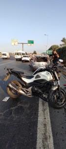 (ÖZEL) Emniyet Seridine Park Eden Otomobile Çarpan Motosiklet Sürücüsü Yaralandi