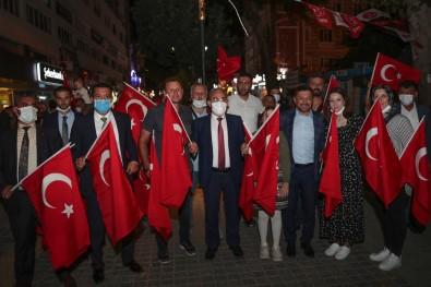 Zafer Bayrami'nda Türk Bayragi Dagittilar