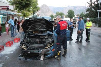 Amasya'da Seyir Halindeki Otomobil Alev Alev Yandi